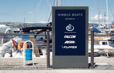 Affischtavla med logotyper vid hamn