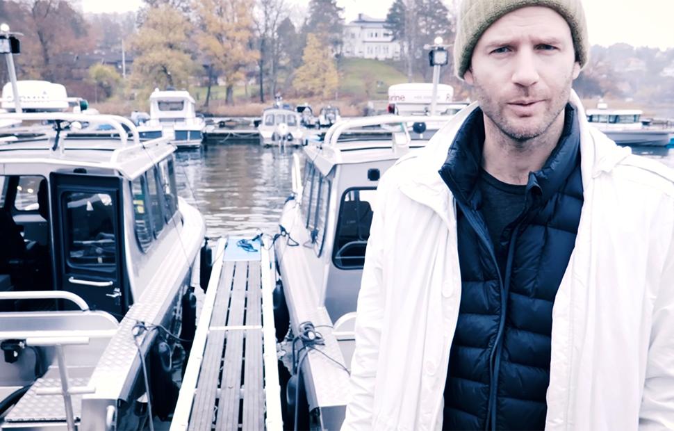 Kund vid brygga med Alukin-båtar i bakgrunden