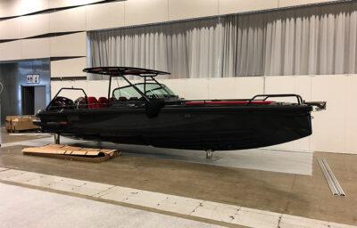 Uppställd svart båt på mässa