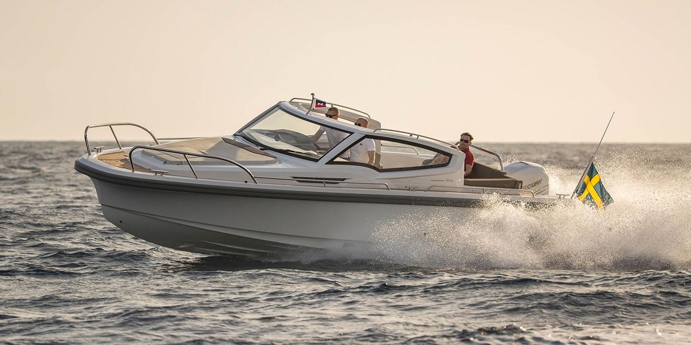 Fotografi av Nimbus Weekender 9 som körs på vattnet
