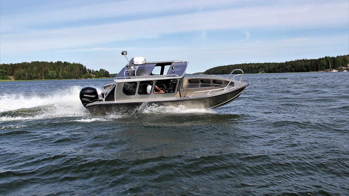 Aluminiumbåt från Alukin kränger på sjön