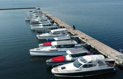 Drönarbild på båtar som ligger längs med en bygga