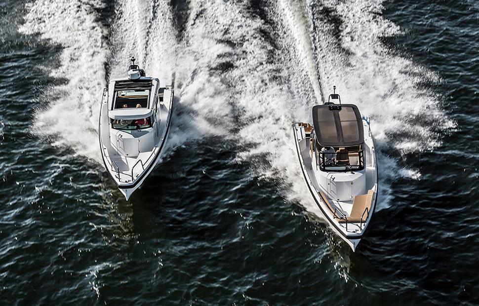 Två motorbåtar i full fart på sjön