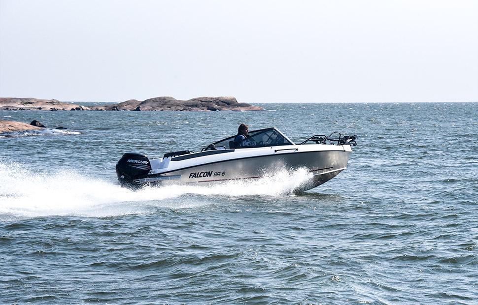 Aluminiumbåt åker på havet