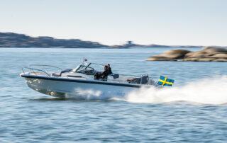 Motorbåt i hög fart på sjön