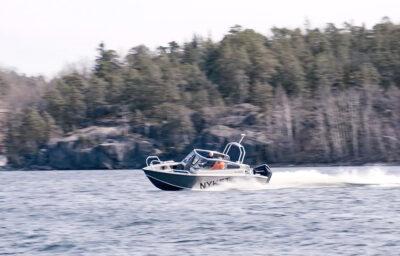 Alukinbåt åker på sjön